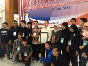Foto bersama Panitia, Rektori dan Tim MURI